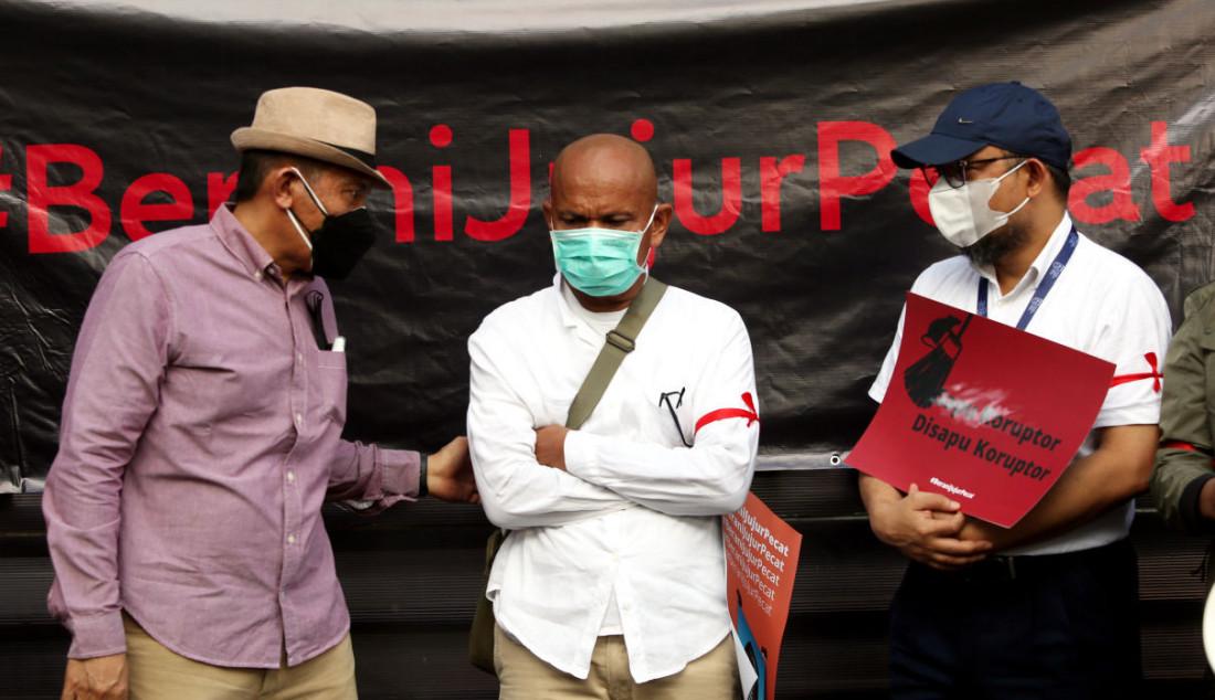 Sejumlah pegawai nonaktif KPK bersama pegiat antikorupsi saat menggelar aksi antikorupsi, di Jakarta, Rabu (15/9). Foto: Ricardo - JPNN.com