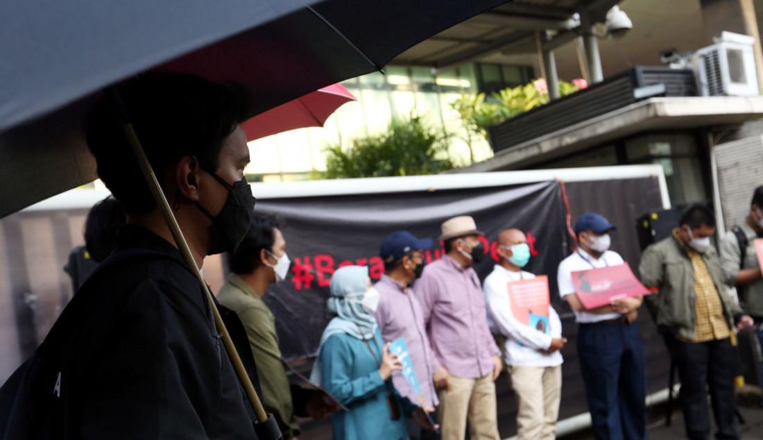 Sejumlah pegawai nonaktif KPK bersama pegiat antikorupsi menggelar aksi sebagai bentuk kekecewaan terhadap pemberantasan korupsi di Indonesia. Mereka meminta Presiden Jokowi membatalkan pemecatan 57 pegawai KPK. Foto: Ricardo - JPNN.com