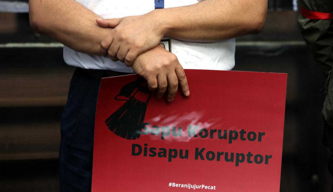 Sejumlah pegawai nonaktif KPK bersama pegiat anti korupsi saat menggelar aksi antikorupsi, Jakarta, Rabu (15/9). Foto: Ricardo - JPNN.com