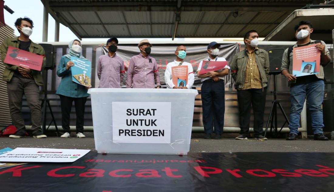 Sejumlah pegawai nonaktif KPK bersama pegiat antikorupsi menggelar aksi di Jakarta, Rabu (15/9). Aksi tersebut berlangsung sebagai bentuk kekecewaan terhadap pemberantasan korupsi di Indonesia, serta meminta Presiden Joko Widodo untuk membatalkan pemecatan 57 pegawai KPK yang selama ini memiliki integritas tinggi dalam pemberantasan korupsi di Indonesia. Foto: Ricardo - JPNN.com
