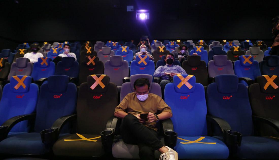 Pengunjung duduk di kursi penonton bioskop CGV, Grand Indonesia, Jakarta, Kamis (16/9). Sejumlah bioskop di Jakarta mulai beroperasi kembali di masa PPKM level 3 dengan penerapan protokol kesehatan yang ketat. Foto: Ricardo - JPNN.com