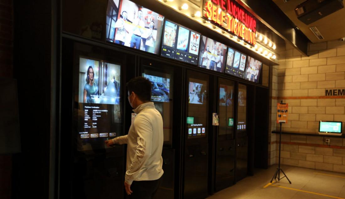 Pengunjung membeli tiket bioskop di CGV, Grand Indonesia, Jakarta, Kamis (16/9). Sejumlah bioskop di Jakarta mulai beroperasi kembali di masa PPKM level 3 dengan penerapan protokol kesehatan yang ketat. Foto: Ricardo - JPNN.com