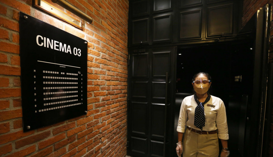 Petugas saat keluar dari ruang teater di bioskop CGV, Grand Indonesia, Jakarta, Kamis (16/9). Sejumlah bioskop di Jakarta mulai beroperasi kembali di masa PPKM level 3 dengan penerapan protokol kesehatan yang ketat. Foto: Ricardo - JPNN.com