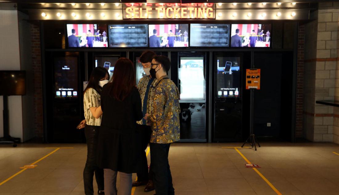 Sejumlah pengunjung beraktivitas di bioskop CGV, Grand Indonesia, Jakarta, Kamis (16/9). Sejumlah bioskop di Jakarta mulai beroperasi kembali di masa PPKM level 3 dengan penerapan protokol kesehatan yang ketat. Foto: Ricardo - JPNN.com