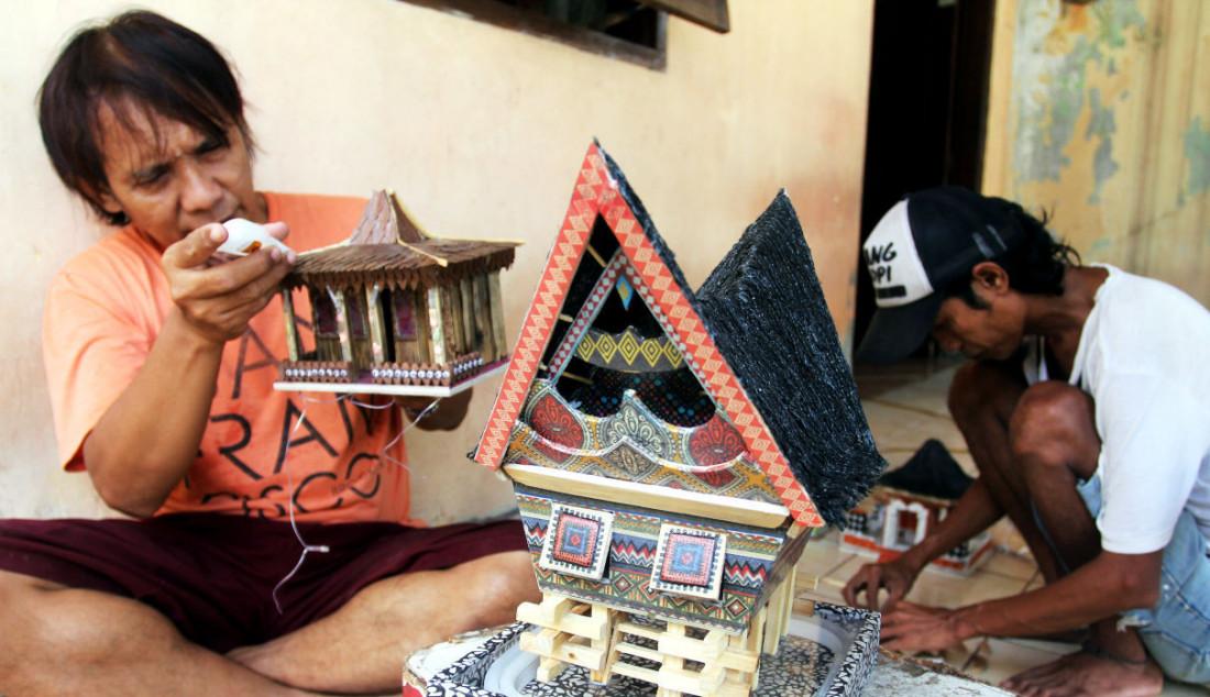 Perajin lampu hias rumah adat di Mienani Craft, Depok, Jawa Barat, Jumat (17/9). Foto: Ricardo - JPNN.com