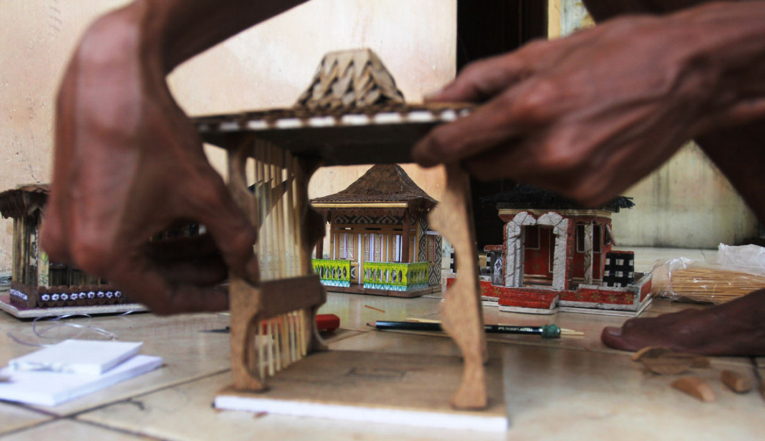 Perajin lampu hias berbentuk rumah adat di Mienani Craft, Depok, Jawa Barat. Menko Perekonomian Airlangga Hartarto menyampaikan realisasi program Pemulihan Ekonomi Nasional pada sektor UMKM mencapai Rp48 triliun atau 29 persen dari pagu sebesar Rp162,4 triliun. Foto: Ricardo - JPNN.com