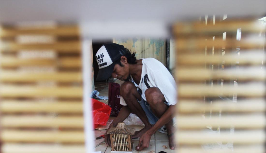 Perajin saat membuat kerajinan lampu hias berbentuk rumah adat di Mienani Craft, Depok, Jawa Barat, Jumat (17/9). Foto: Ricardo - JPNN.com