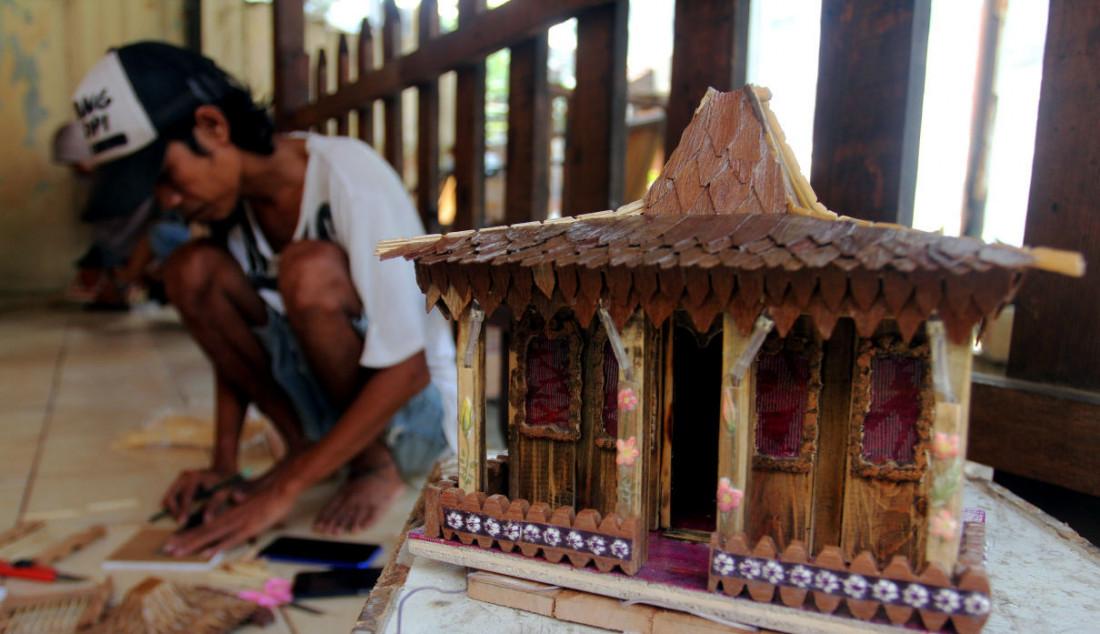 Perajin saat menyelesaikan pembuatan kerajinan lampu hias berbentuk rumah adat di Mienani Craft, Depok, Jawa Barat, Jumat (17/9). Menko Perekonomian sekaligus Ketua Komite Penanganan COVID-19 dan Pemulihan Ekonomi Nasional (KPC-PEN) Airlangga Hartarto menyampaikan realisasi program Pemulihan Ekonomi Nasional pada sektor UMKM mencapai Rp48 triliun atau 29 persen dari pagu sebesar Rp162,4 triliun. Foto: Ricardo - JPNN.com