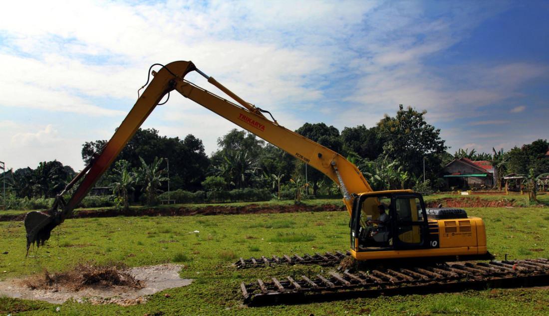 Pekerja menggunakan alat berat membersihkan tanaman gulma di Situ Tujuh Muara, Depok, Jawa Barat, Senin (20/9). Foto: Ricardo - JPNN.com