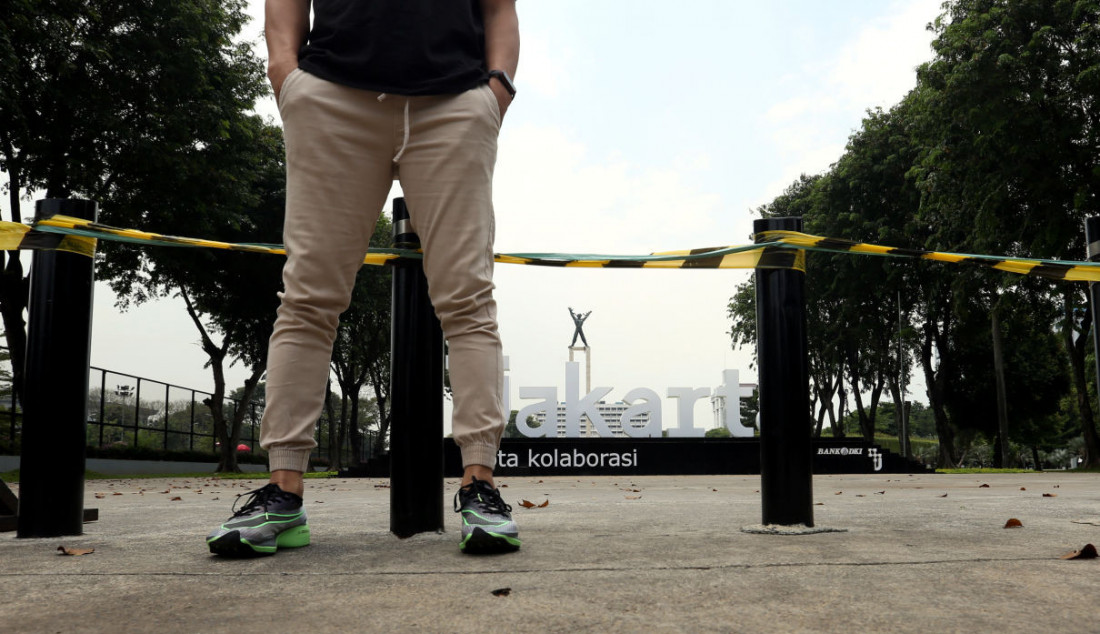 Suasana aktivitas di lahan tugu sepatu di Kawasan Lapangan Banteng, Jakarta, Senin, (20/9). Setelah beberapa hari dibangun oleh Pemprov DKI Jakarta, tugu sepatu di kawasan tersebut sudah dicopot. Foto: Ricardo - JPNN.com