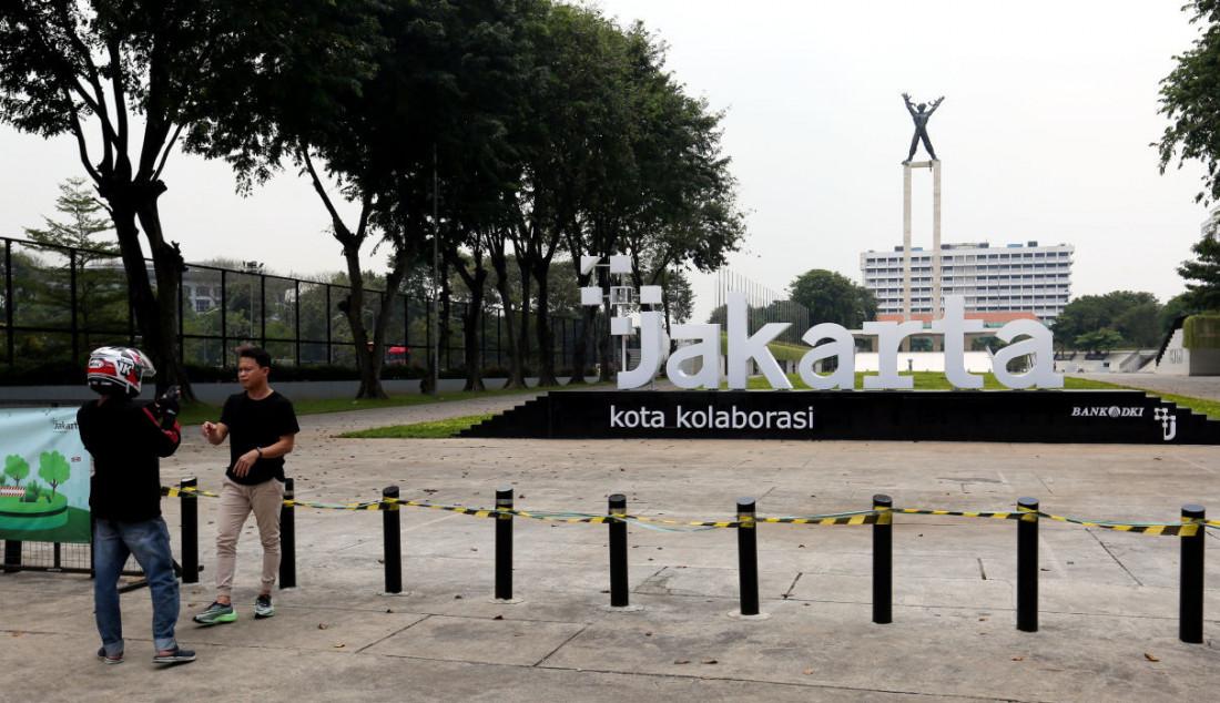 Suasana aktivitas di lahan tugu sepatu di Kawasan Lapangan Banteng, Jakarta, Senin, (20/9). Setelah beberapa hari dibangun oleh Pemprov DKI Jakarta, tugu sepatu di kawasan tersebut sudah dicopot. Foto Ricardo/jpnn.com Foto: Ricardo - JPNN.com