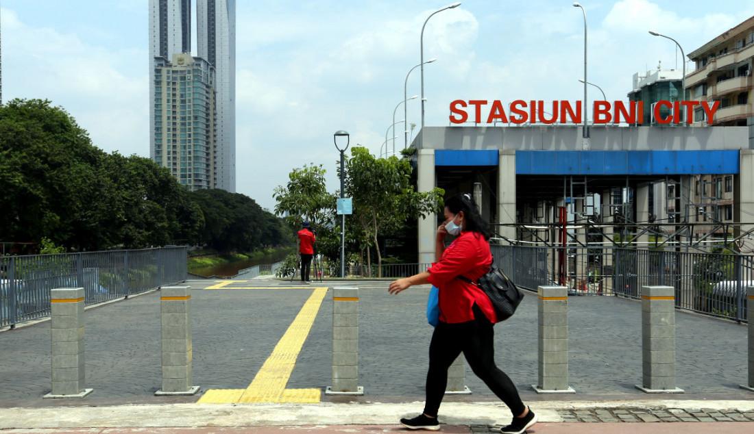 Suasana aktivitas di lahan tugu sepatu di Kawasan Sudirman, Jakarta, Senin, (20/9). Setelah beberapa hari dibangun oleh Pemprov DKI Jakarta, tugu sepatu di kawasan tersebut sudah dicopot. Foto: Ricardo - JPNN.com
