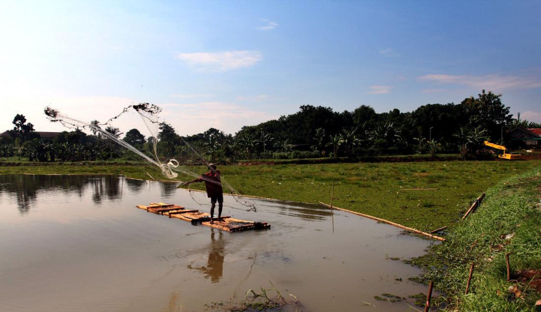 Warga menjala ikan pada bagian situ yang dipenuhi tanaman gulma di Situ Tujuh Muara, Depok, Jawa Barat, Senin (20/9). Situ Tujuh Muara awalnya memiliki luas 30 hektare kini menyusut 24 hektare dengan sebagian sisinya dipenuhi tanaman gulma dan endapan lumpur. Foto: Ricardo - JPNN.com