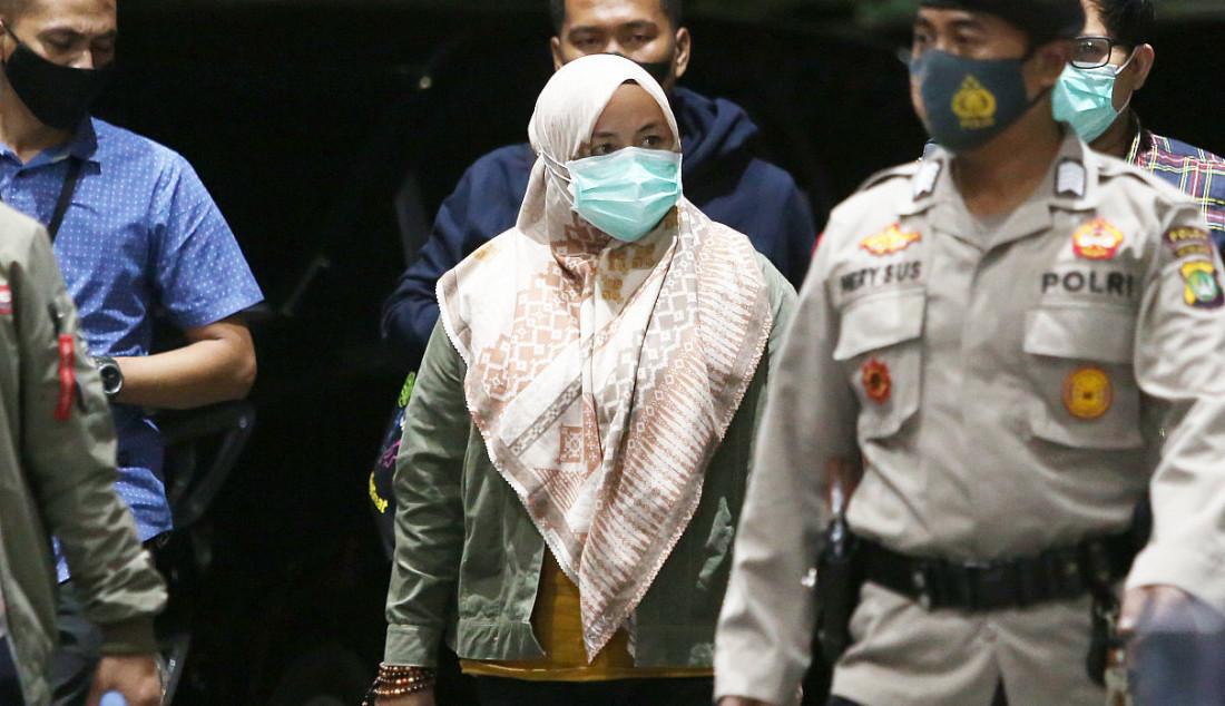 Bupati Kolaka Timur (Koltim) Andi Merya (jilbab) saat tiba di Gedung KPK, Jakarta, Rabu (22/9). Foto: Ricardo - JPNN.com