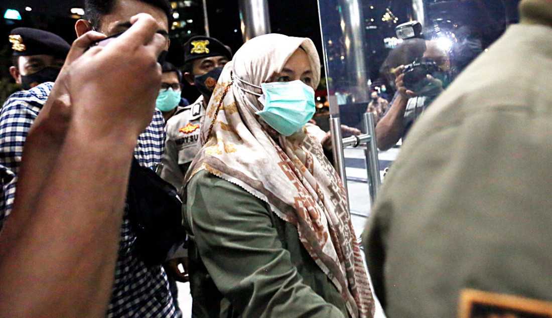 Bupati Kolaka Timur (Koltim) Andi Merya saat memasuki lobi di Gedung KPK, Jakarta, Rabu (22/9). Foto: Ricardo - JPNN.com
