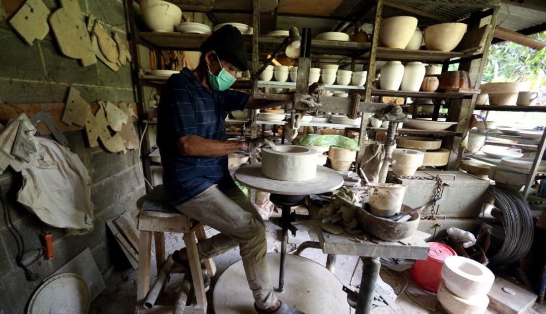 Perajin menyelesaikan pembuatan keramik secara handmade di Pekunden Pottery, Bojongsari, Depok, Jawa Barat, Kamis (23/9). Setiap bulan diproduksi 300 hingga 400 item keramik sesuai dengan pesanan khusus yang datang baik dari hotel maupun kafe. Foto: Ricardo - JPNN.com