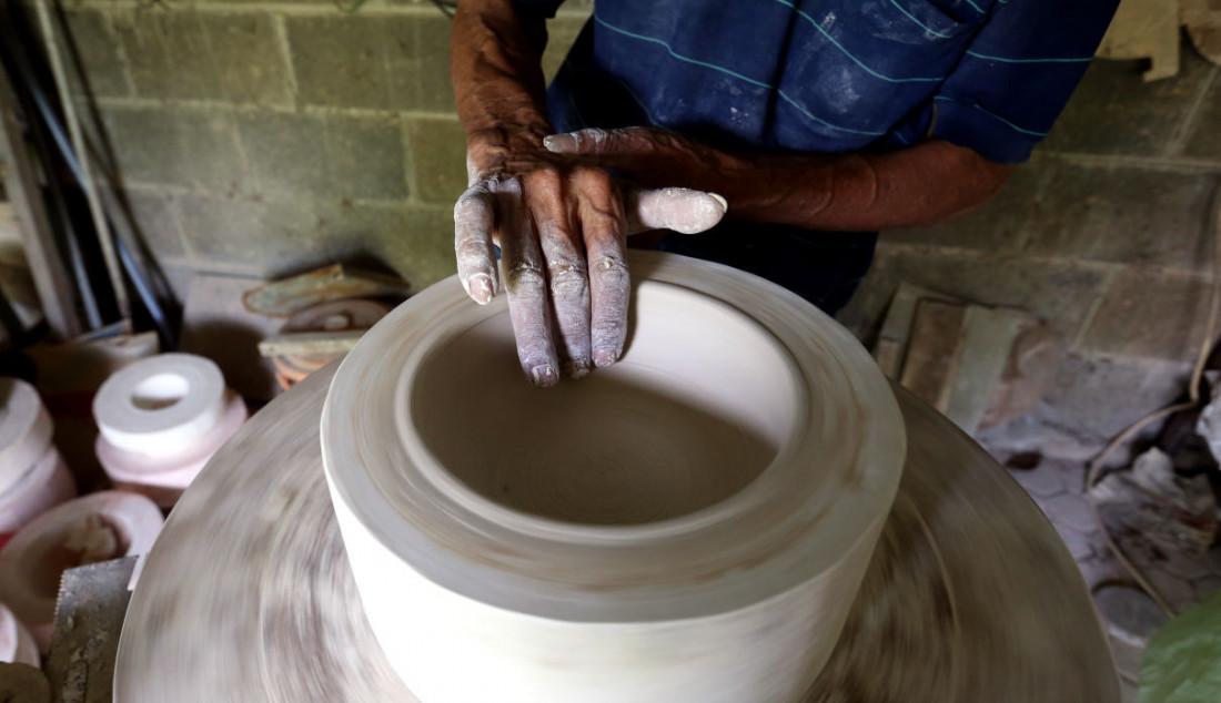 Perajin saat membuat keramik secara handmade di Pekunden Pottery, Bojongsari, Depok, Jawa Barat, Kamis (23/9). Foto: Ricardo - JPNN.com