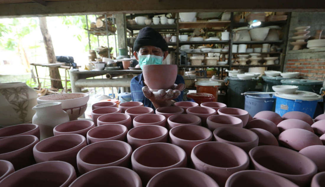 Perajin saat menunjukkan keramik yang telah dibuat secara handmade di Pekunden Pottery, Bojongsari, Depok, Jawa Barat, Kamis (23/9). Foto: Ricardo - JPNN.com
