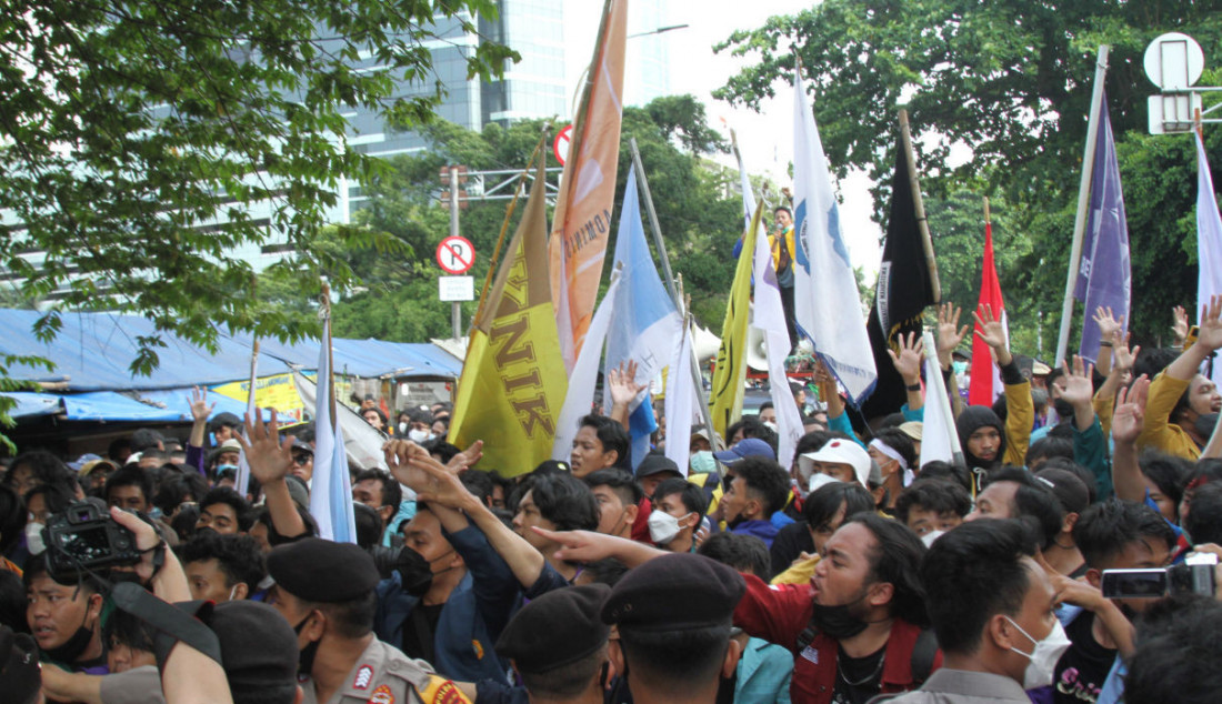 Mahasiswa yang tergabung dalam Aliansi BEM Seluruh Indonesia (BEM SI) dan Gerakan Selamatkan KPK menggelar aksi unjuk rasa di sekitar Gedung KPK, Jakarta, Senin (27/9). Foto: Ricardo - JPNN.com