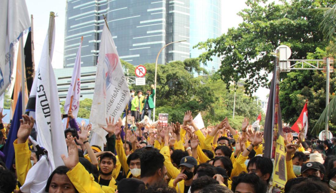 Mahasiswa yang tergabung dalam Aliansi BEM Seluruh Indonesia (BEM SI) dan Gerakan Selamatkan KPK menggelar aksi unjuk rasa di sekitar Gedung KPK, Jakarta, Senin (27/9). Aksi demonstrasi itu menuntut pembatalan pemecatan 56 pegawai KPK yang gagal Tes Wawasan Kebangsaan (TWK) pada 30 September mendatang. Foto: Ricardo - JPNN.com