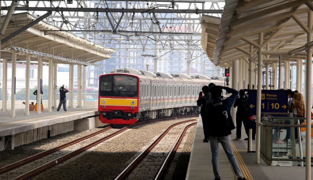 Pengguna KRL menunggu di jalur layang (elevated track) Stasiun Manggarai, Jakarta, Senin (27/9). Foto: Ricardo - JPNN.com