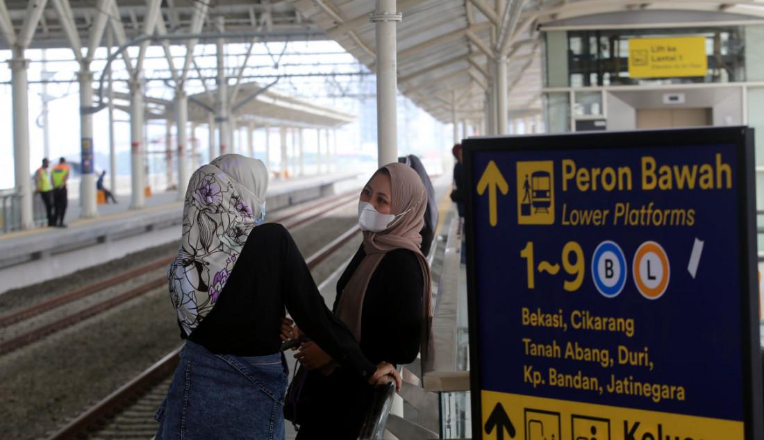 Sejumlah pengguna KRL saat menunggu KRL di jalur layang (elevated track) Stasiun Manggarai, Jakarta, Senin (27/9). Foto: Ricardo - JPNN.com