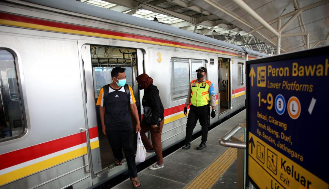 Sejumlah pengguna KRL saat naik dan turun di jalur layang (elevated track) Stasiun Manggarai, Jakarta, Senin (27/9). Foto: Ricardo - JPNN.com