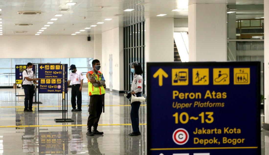 Sejumlah petugas saat beraktivitas di lobi Stasiun Manggarai, Jakarta, Senin (27/9). Jalur layang Bogor Line di Stasiun Manggarai telah beroperasi yang terdiri dari empat peron bagi penumpang KRL Commuter Line relasi Jakarta-Bogor. Foto: Ricardo - JPNN.com