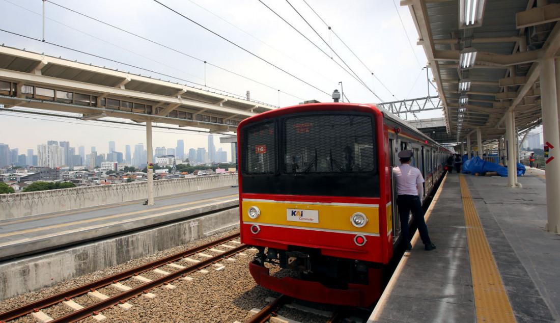 Seorang masinis saat memantau penumpang turun dan naik di jalur layang (elevated track) Stasiun Manggarai, Jakarta, Senin (27/9). Jalur layang Bogor Line di Stasiun Manggarai telah beroperasi yang terdiri dari empat peron bagi penumpang KRL Commuter Line relasi Jakarta-Bogor. Foto: Ricardo - JPNN.com