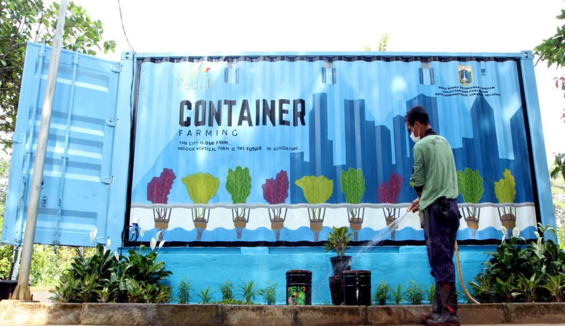 Petugas kebun menyiram tanaman di Container Farming dan Agro Electrifying, di Agro Edukasi Wisata Ragunan, Jakarta, Rabu (13/10). Container Farming tersebut merupakan hasil dari kolaborasi antara Dinas Ketahanan Pangan, Kelautan dan Pertanian (KPKP) DKI Jakarta dengan PLN Peduli untuk pengembangan budi daya pertanian tanpa tanah yang tidak tergantung pada sinar matahari, tetapi dengan teknologi sinar UV untuk memenuhi kebutuhan pangan dalam skala rumah tangga. Foto: Ricardo - JPNN.com