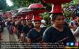 Sesaji Upacar Perang Topat di Pura Lingsar - JPNN.COM