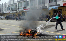 Protes Ojek Online, Ojek Konvensional Bakar Motor - JPNN.COM
