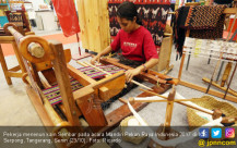 Menenun Pakaian Adat Maumere Kain Sembar - JPNN.COM