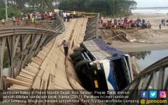 Dilintasi Tronton, Jembatan Bailey Ambruk - JPNN.COM