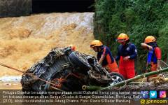 Lagi, Banjir Bandung Seret Sebuah Mobil - JPNN.COM