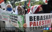 Dukung Palestina, Massa Serbu Kedubes AS - JPNN.COM