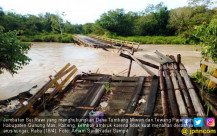 Hujan Deras, Jembatan Sei Rawi Putus - JPNN.COM