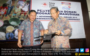 PMI Menerima Donasi Pelanggan Indomaret - JPNN.COM
