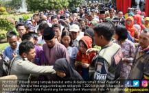 Warga Palembang Serbu Pembagian Bingkisan Lebaran - JPNN.COM