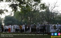 Warga menunaikan Shalat Idul Fitri Di Kebun Raya Bogor - JPNN.COM