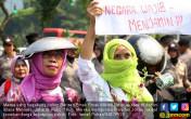 Emak Emak Militan Serbu Istana Merdeka - JPNN.COM