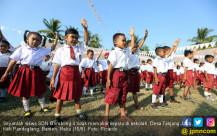 Pertamina Bantu Siswa Tidak Bersepatu Di Sekolah - JPNN.COM