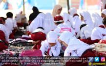 Siswa SD Belajar di Sekolah Darurat - JPNN.COM