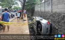 Hantam Pemotor, Mobil Masuk Parit - JPNN.COM