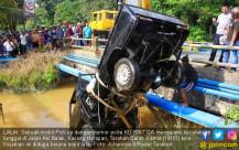 Diduga Lalai, Pick Up Masuk ke Sungai - JPNN.COM
