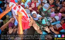 Korban Bencana Berebut Bantuan Sembako - JPNN.COM