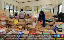 Relawan Sortir Bantuan Bagi Korban Bencana - JPNN.COM