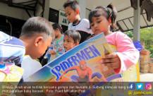 Dapat Buku, Anak Korban Bencana Riang - JPNN.COM