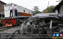 Mobil Dihantam Kereta, Satu Keluarga Tewas - JPNN.COM