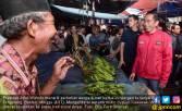 Jokowi - Sandi Berebut Perhatian Emak-Emak di Pasar - JPNN.COM